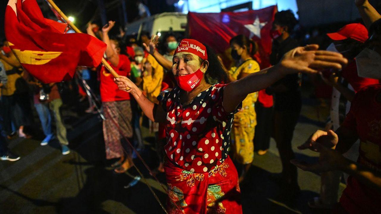 Bravant la pandémie de Covid-19 qui frappe violemment le pays, plusieurs centaines de supporters célébraient déjà la victoire dimanche soir à Rangoun devant le quartier général du parti d'Aung San Suu Kyi, la Ligue nationale pour la démocratie (LND).
