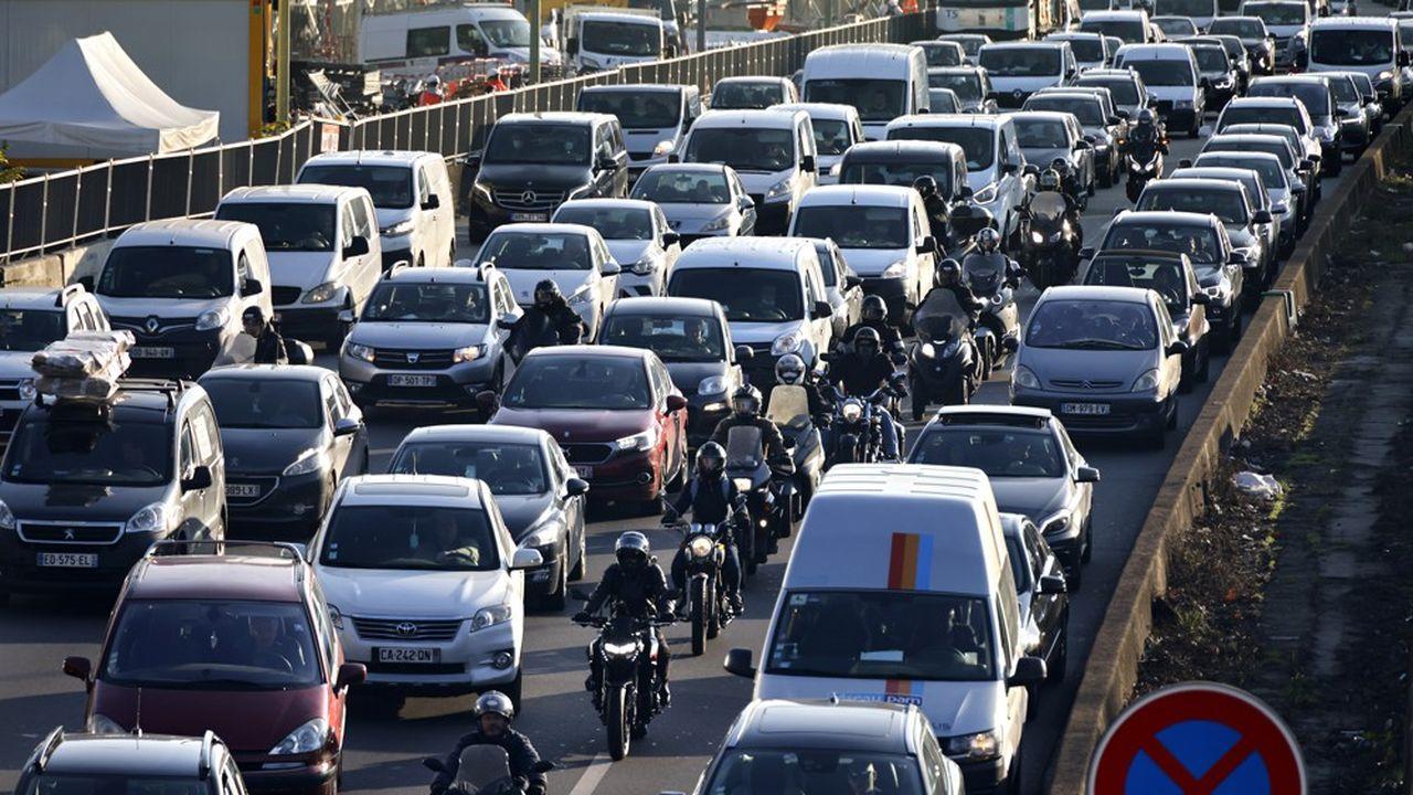 Il y a beaucoup actuellement plus de voitures sur les routes du périphérique parisien que lors du premier confinement.