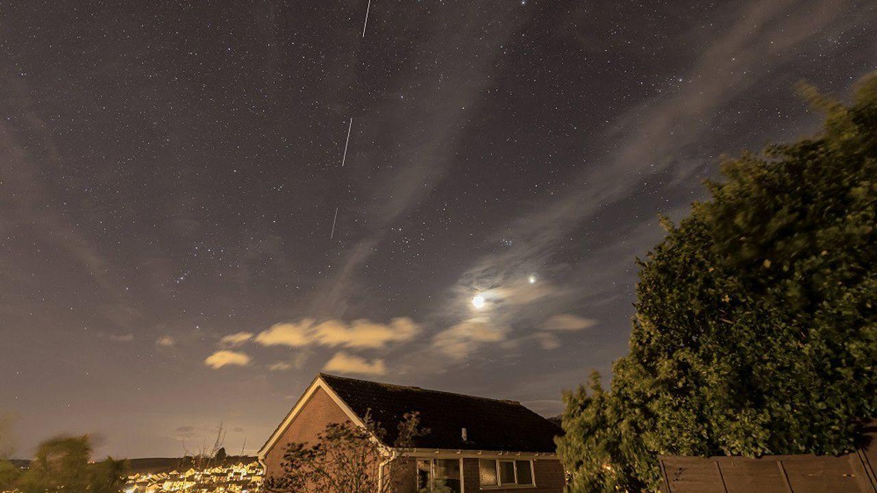 Les bêtatesteurs ont pu tester le service de connexion par internet d'Elon Musk via la constellation de satellites Starlink (visible ici dans le ciel nocturne).