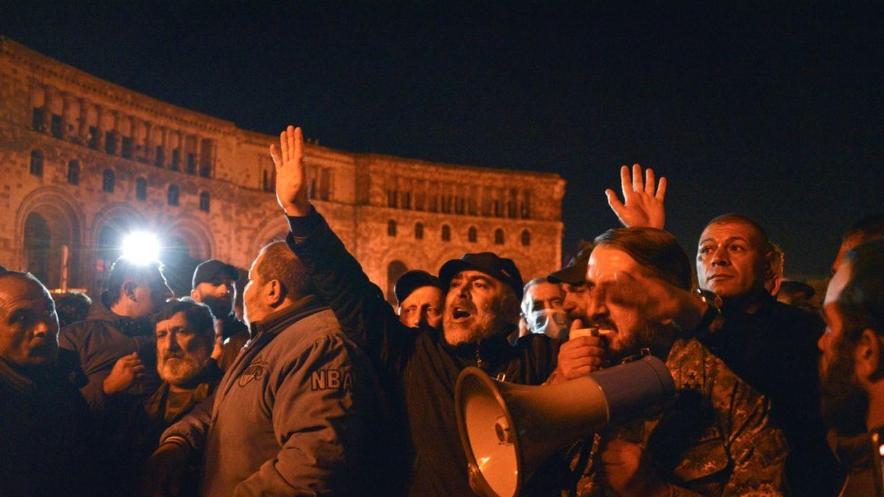 Des milliers de manifestants ont protesté à Erevan aux cris de «traître» devant le siège du gouvernement, après la défaite au Haut Karabakh