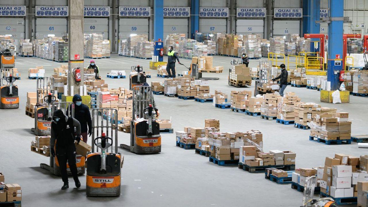 Pendant le premier confinement, les distributeurs traditionnels ont amélioré leur organisation logistique pour mieux vendre en ligne. Ici l'entrepôt Carrefour de Combs-la-Ville, en Seine-et-Marne.