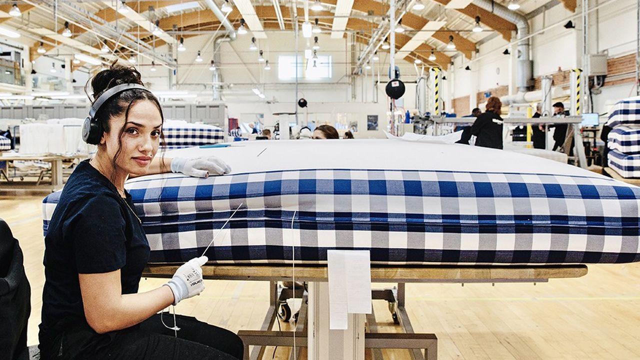 Dans l'usine Hästens de Köping, en Suède, le 29 octobre 2020. Les lits y sont fabriqués entièrement à la main. Le motif est à carreaux « blue check », inventé par le père de Jan Ryde, l'actuel PDG, en 1978, est devenu la signature iconique de la marque.