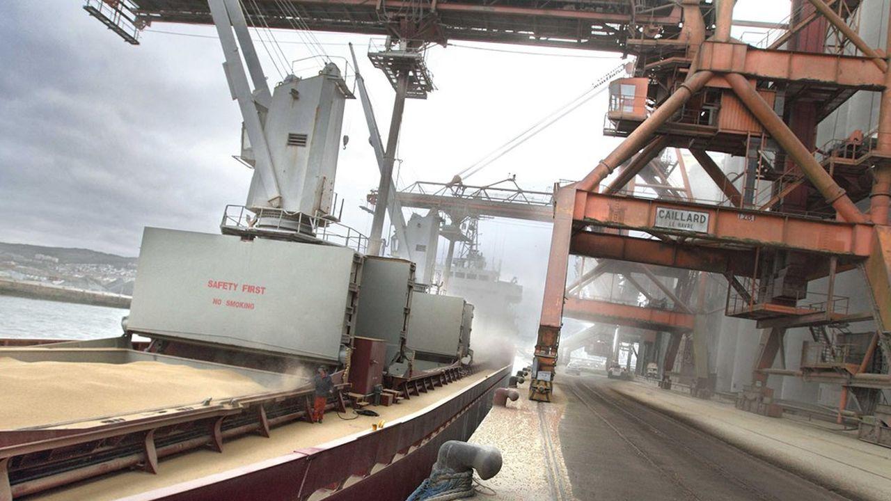 Chargement de blé dans un bateau à destination de l'Afrique depuis le terminal céréalier Senalia sur le port de Rouen.