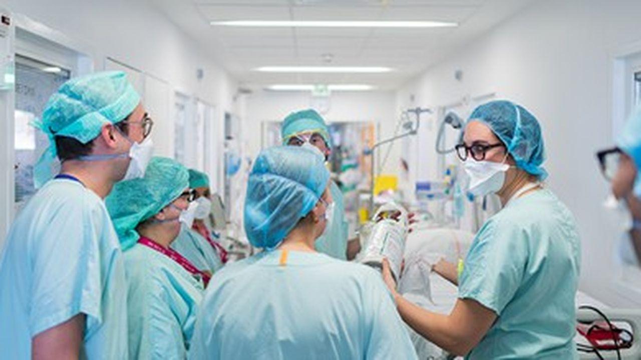 Après avoir atterri à l'aéroport de Strasbourg-Entzheim, deux patients atteints de la Covid-19 viennent d'être accueillis au Nouvel Hôpital Civil (NHC) de Strasbourg.