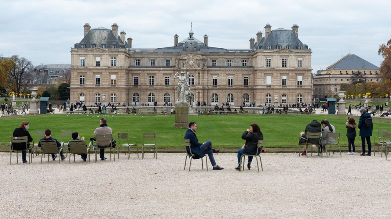 Environ 24% des Français ont utilisé les attestations de déplacement pour d'autres motifs que ceux indiqués (photo: au Jardin du Luxembourg, à Paris).