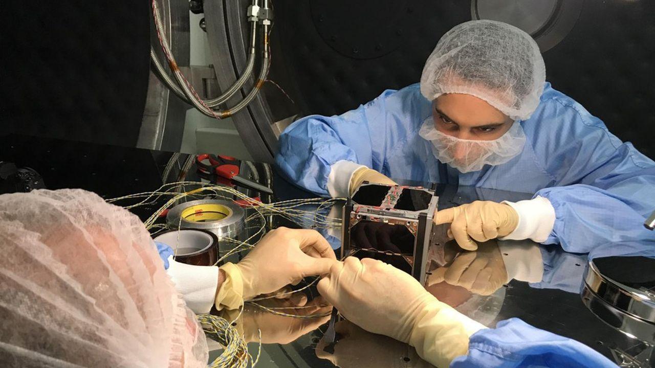 À l'université Versailles-Saint-Quentin, chercheurs et étudiants ont collaboré à la création d'un satellite miniature. Il sera mis en orbite en décembre prochain pour analyser précisément le réchauffement climatique