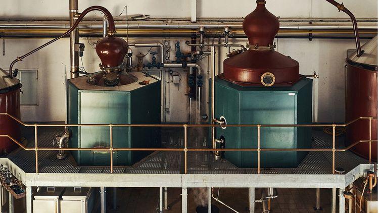 Deux alambics à repasse de la distillerie Grallet Dupic à Rozelieures, en Meurthe-et-Moselle.