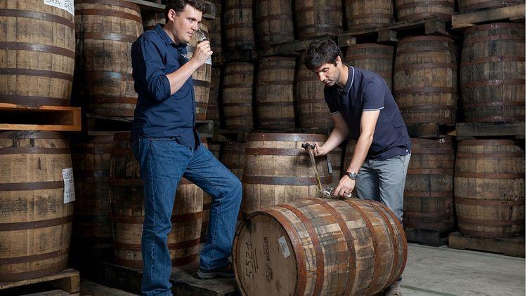 David Roussier (à gauche), directeur général de la distillerie Warenghem, avec Erwan Lefebvre, maître de chai.