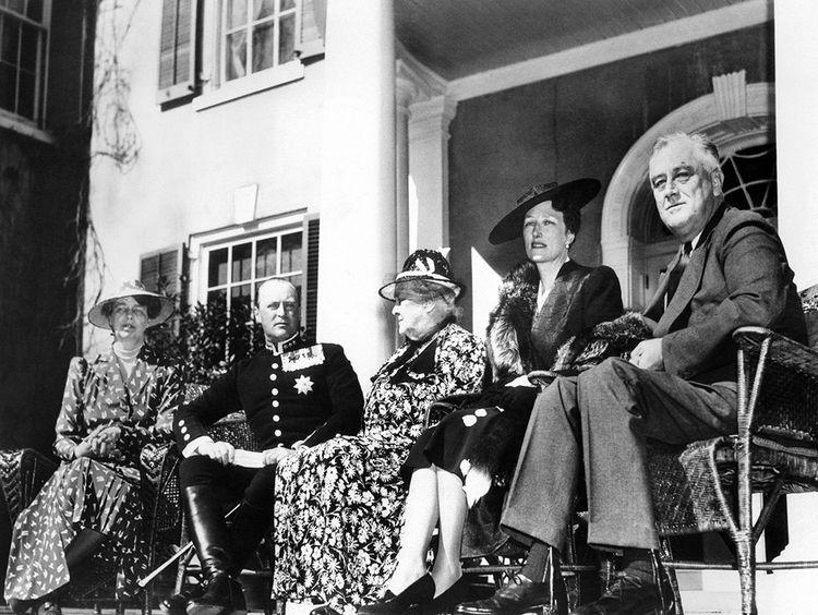 Avril 1939, le couple princier rencontre les Roosevelt. De gauche à droite : Eleanor Roosevelt, le prince Olav, Sara Delano Roosevelt, la princesse Martha, Franklin Delano Roosevelt.