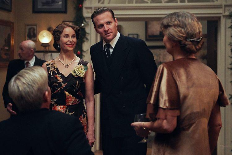 Scène dans la série «Atlantic Crossing» montrant la princesse Martha avec son mari Olaf, à la Maison Blanche avec Franklin Roosevelt et Eleanor.