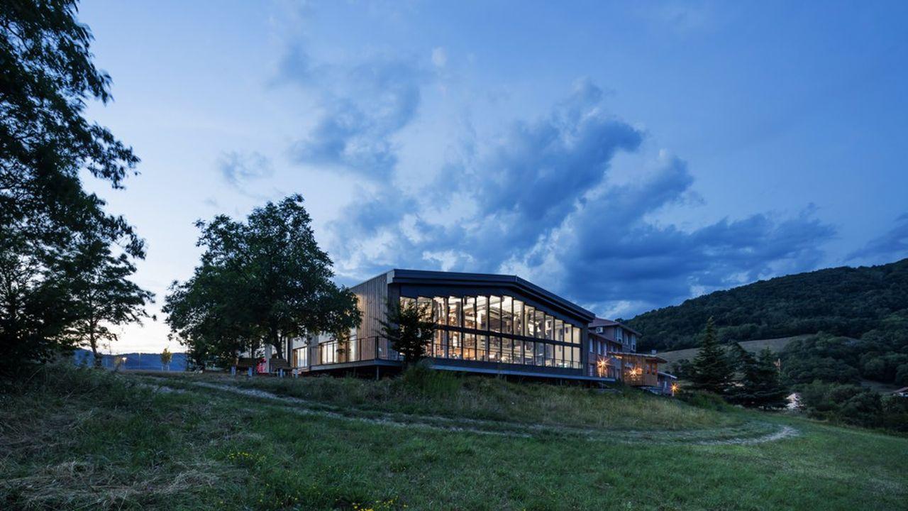 Korus, spécialiste de l'aménagement d'espaces de travail et d'accueil, a préféré faire construire à la campagne, à La Murette, plutôt que d'intégrer des bureaux à Grenoble.