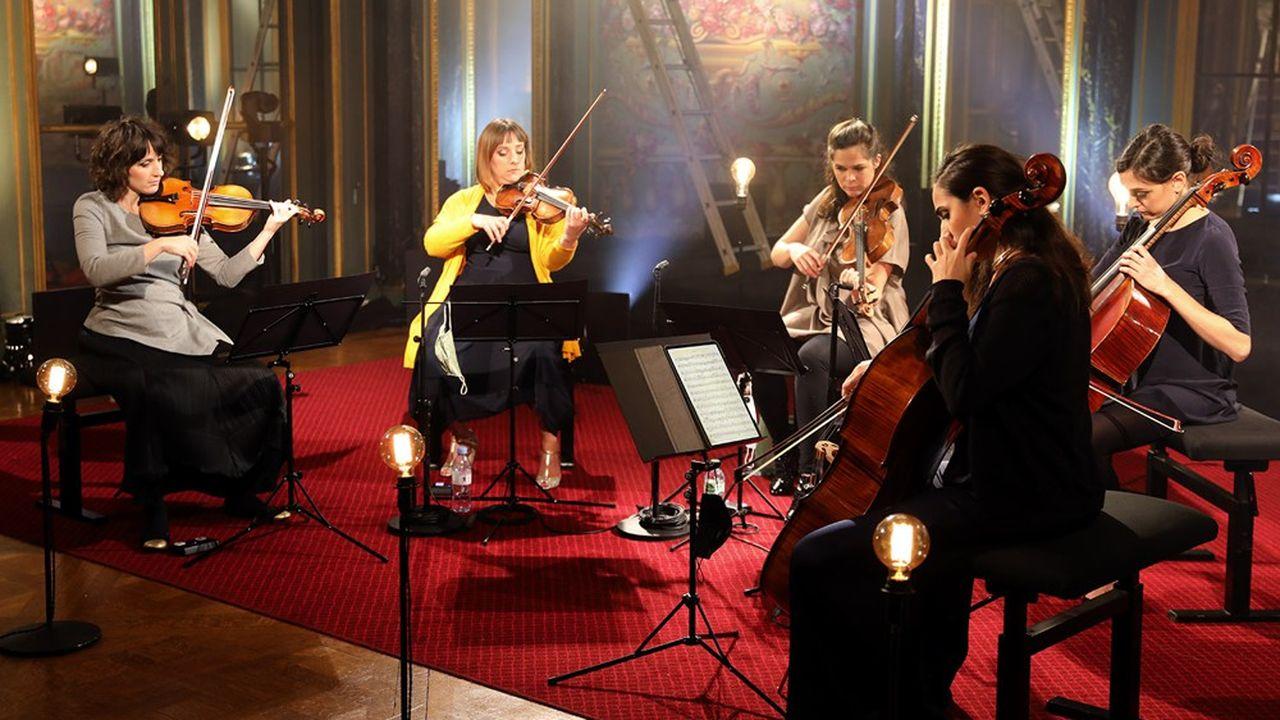 Le Quatuor Zaïde et la violoncelliste Marie Ythie en répétition dans le salon de musique de la Fondation Singer-Polignac.