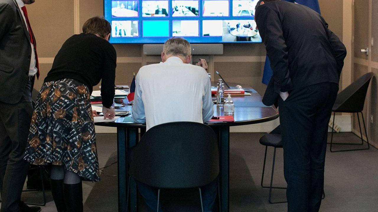 Réunis en visioconférence, comme ici avec Bruno Le Maire, les ministres des Finances du G20 ont fixé les règles du jeu de la restructuration des dettes des pays pauvres.