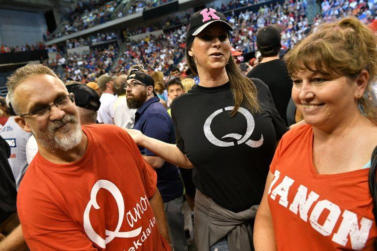 Des supporters de Donald Trump arborant le logo de QAnon avant un meeting en Pennsylvanie, en août2018.