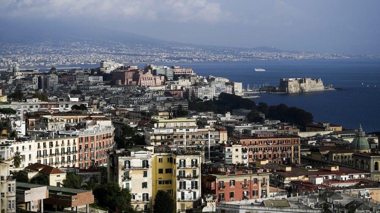 La région de Naples passe en zone rouge, avec confinement.