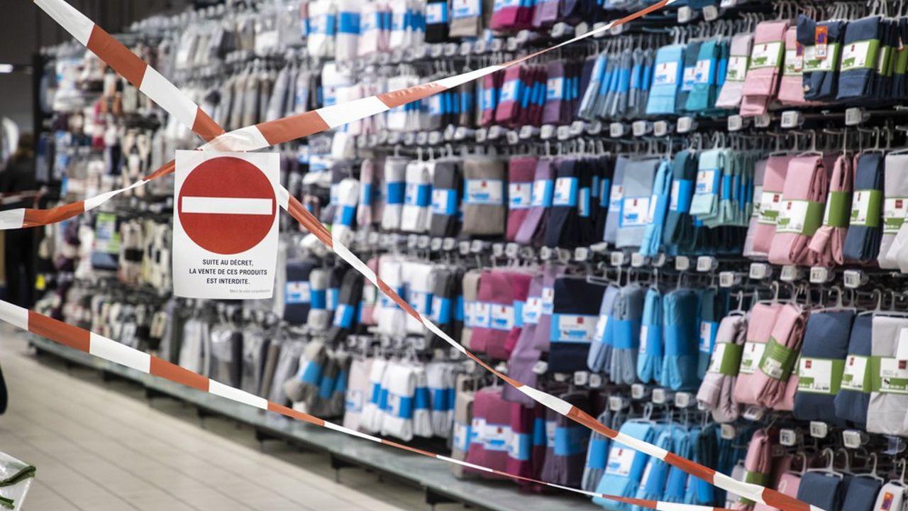La fermeture des rayons dits non essentiels a entraîné d'importantes pertes de chiffres d'affaires pour les supers et hypermarchés.