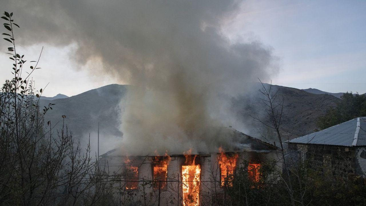 Afin de ne rien laisser aux Azerbaïjanais qui contrôlent désormais le territoire, les villageois de Kalbajar, dans le Haut-Karabakh, brûlent leurs maisons.