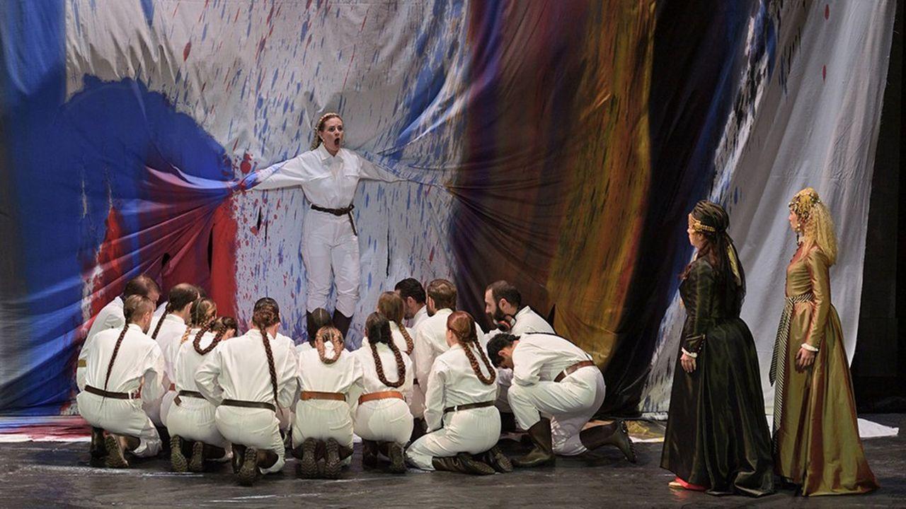 Diane (Eugénie Lefebvre) parmi prêtres et prêtresses. A gauche, Phèdre (Sylvie Brunet-Grupposo) et sa confidente OEnone (Séraphine Cotrez)