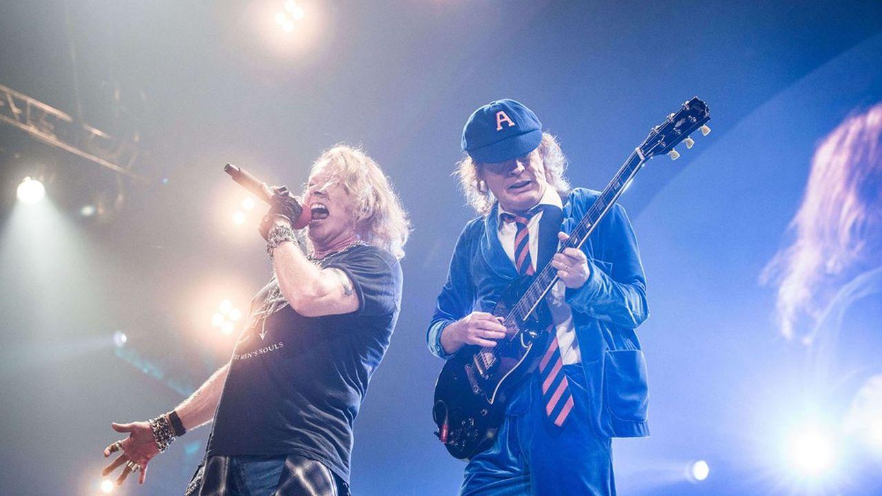 AC/DC en tournée, en 2016. A gauche, Axl Rose en chanteur remplaçant. A droite, le guitariste Angus Young, devenu seul gardien du temple, depuis la mort de son frère en 2017.