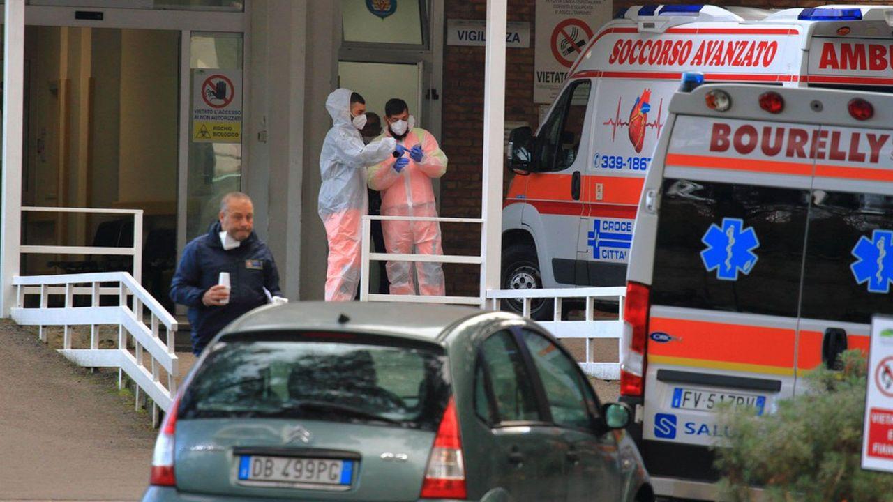 A Naples, le calme est revenu devant l'hôpital Cotugno, où les gens s'étaient précipités ces derniers jours.