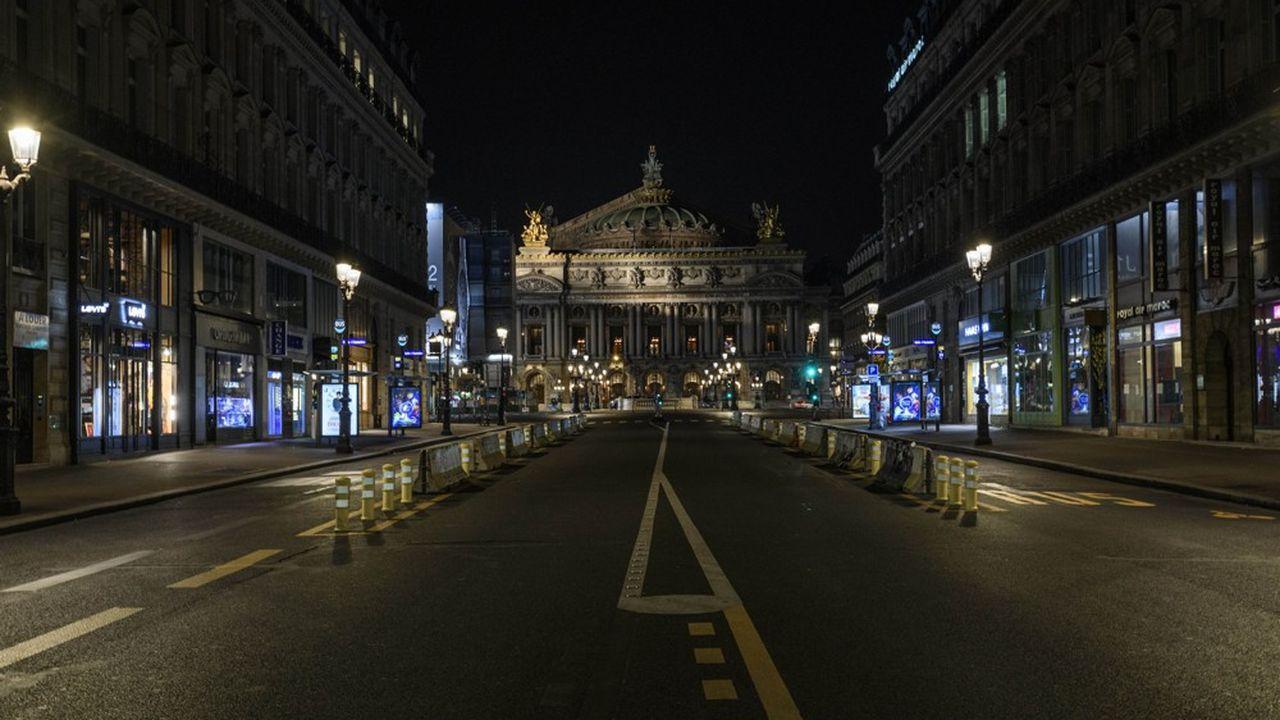 L'avenue de l'Opéra, un soir d'automne à Paris, vide en cette période de confinement.