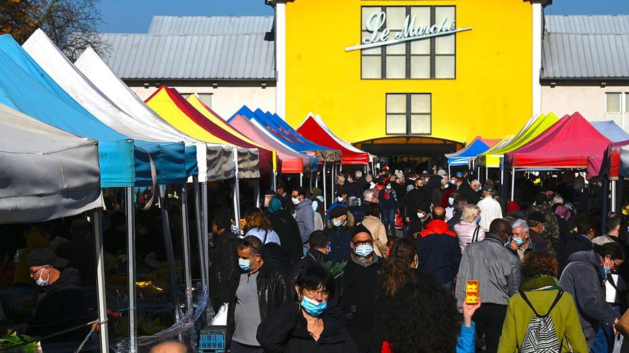 Le 3novembre 2020,les habitants de Mulhouse font leurs achats alimentaires sur le marché à ciel ouvert de la ville.