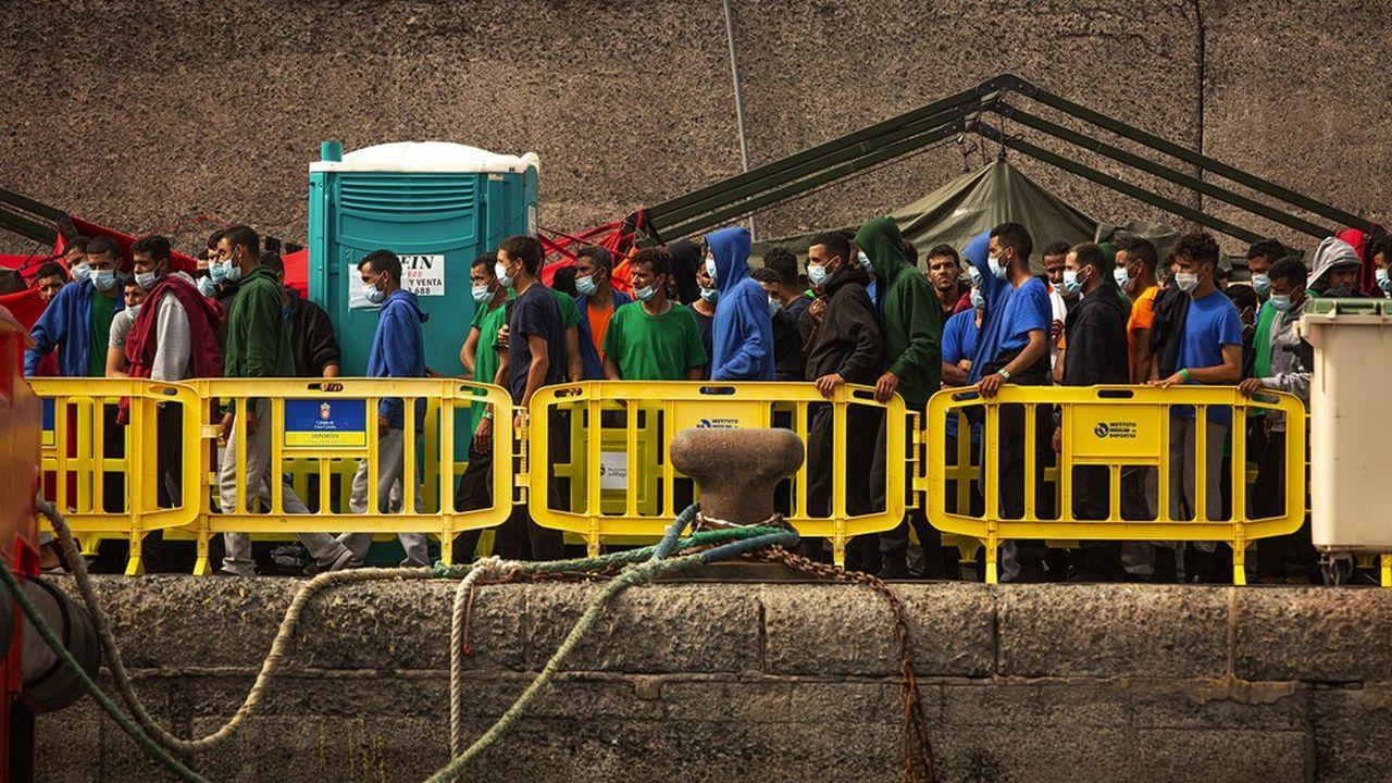 Sur le port d'Arguineguin, en Grande Canarie, plus de 1.300 migrants étaient pris en charge par la Croix rouge espagnole et la police nationale le 25octobre dernier.