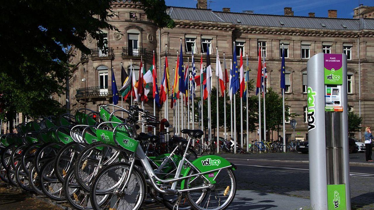 Une station Vélhop située place de la Gare à Strasbourg.