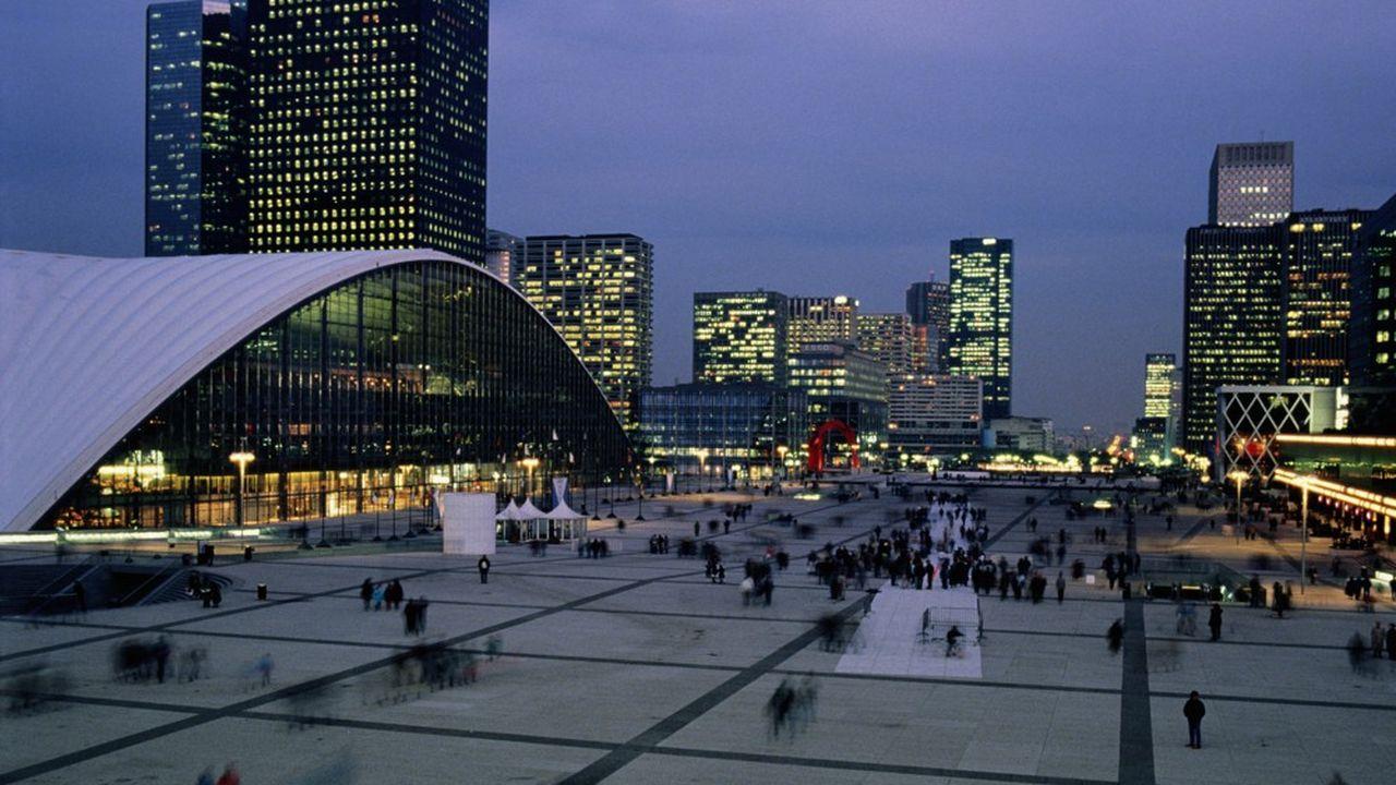 L'Esplanade de la Défense, dans les Hauts-de-Seine (92).