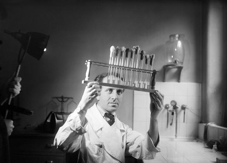 L'industrialisation de la pénicilline dès 1945 à Paris.