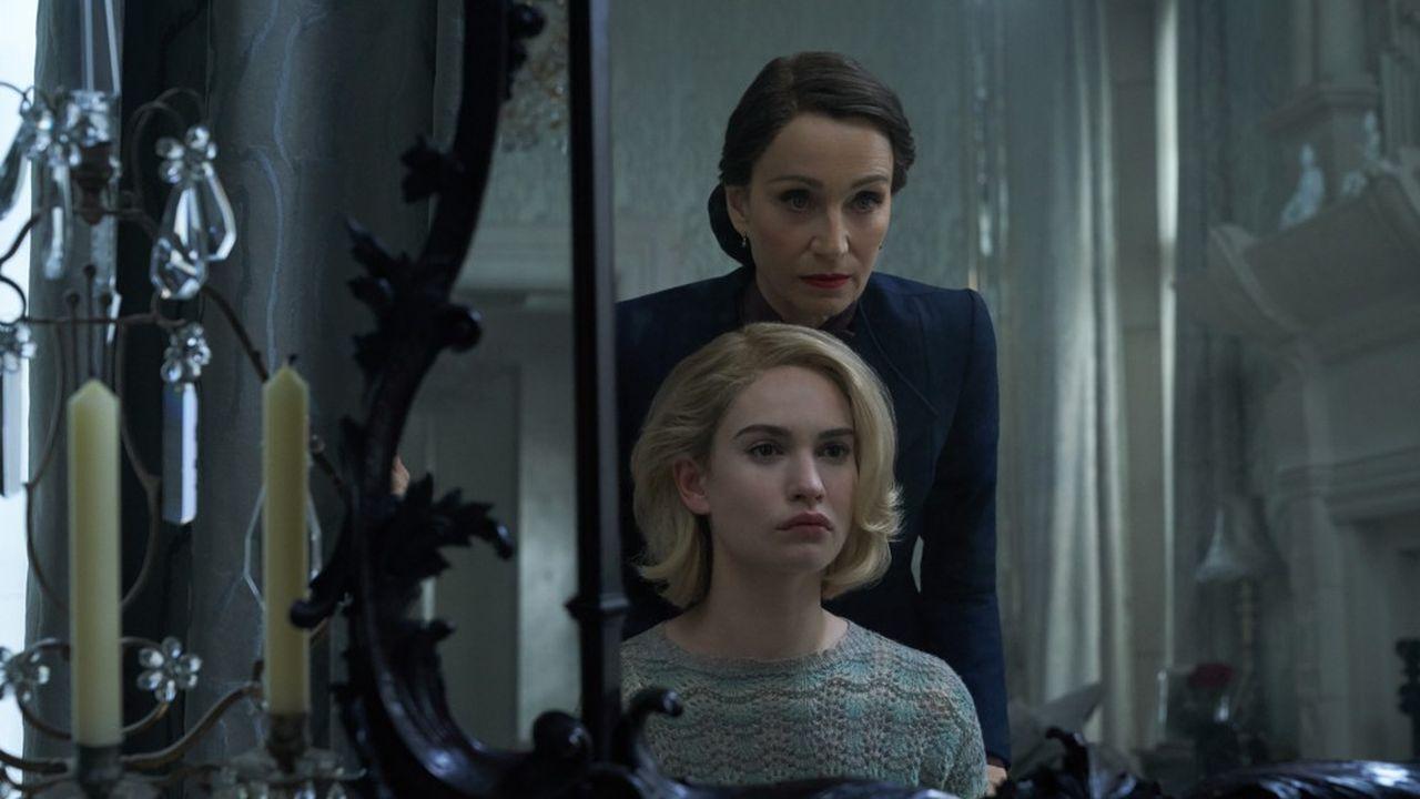 La toxique Mrs. Danvers (Kristin Scott Thomas) manipule la jeune Mrs. de Winter (Lily James).