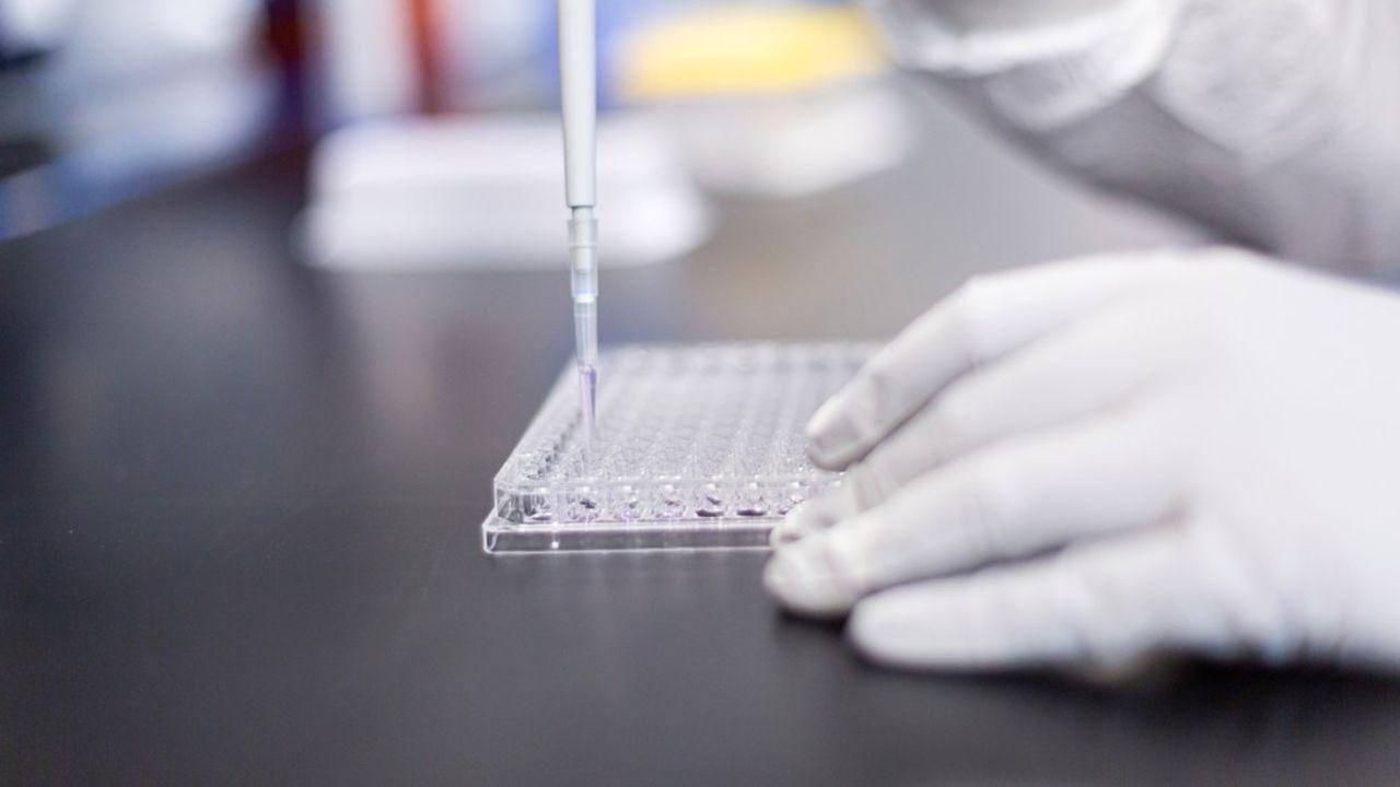 Si le vaccin à base d'ARN messager est approuvé par les autorités sanitaires britanniques, il pourrait être livré dès mars2021, précise Moderna