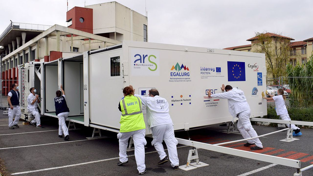 Déployé en vingt à trente minutes, ce mini-hôpital de 66 mètres carrés peut accueillir 18patients, dont 8 en urgence absolue.