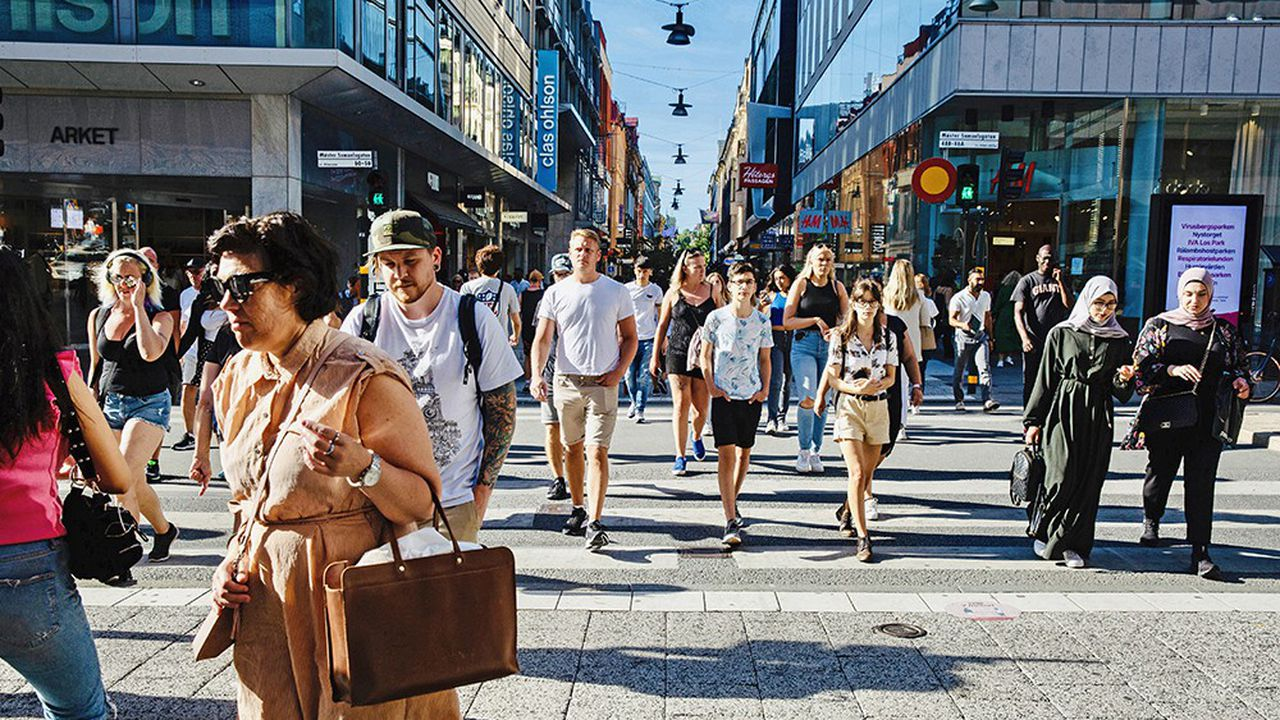Le 11 août 2020, sur Drottninggatan, grande artère commerçante de Stockholm. La Suède est l'un des rares pays à ne pas avoir recommandé le port du masque en public, se rangeant à cet égard aux côtés du Yémen, du Soudan, de la Somalie et de la Syrie.