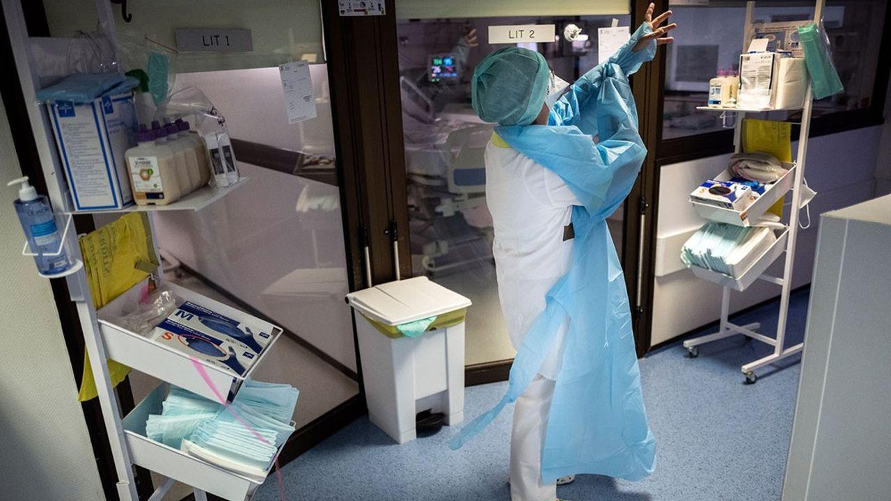 Des surblouses et des masques ont été distribués dans l'urgence aux soignants au début de la pandémie.