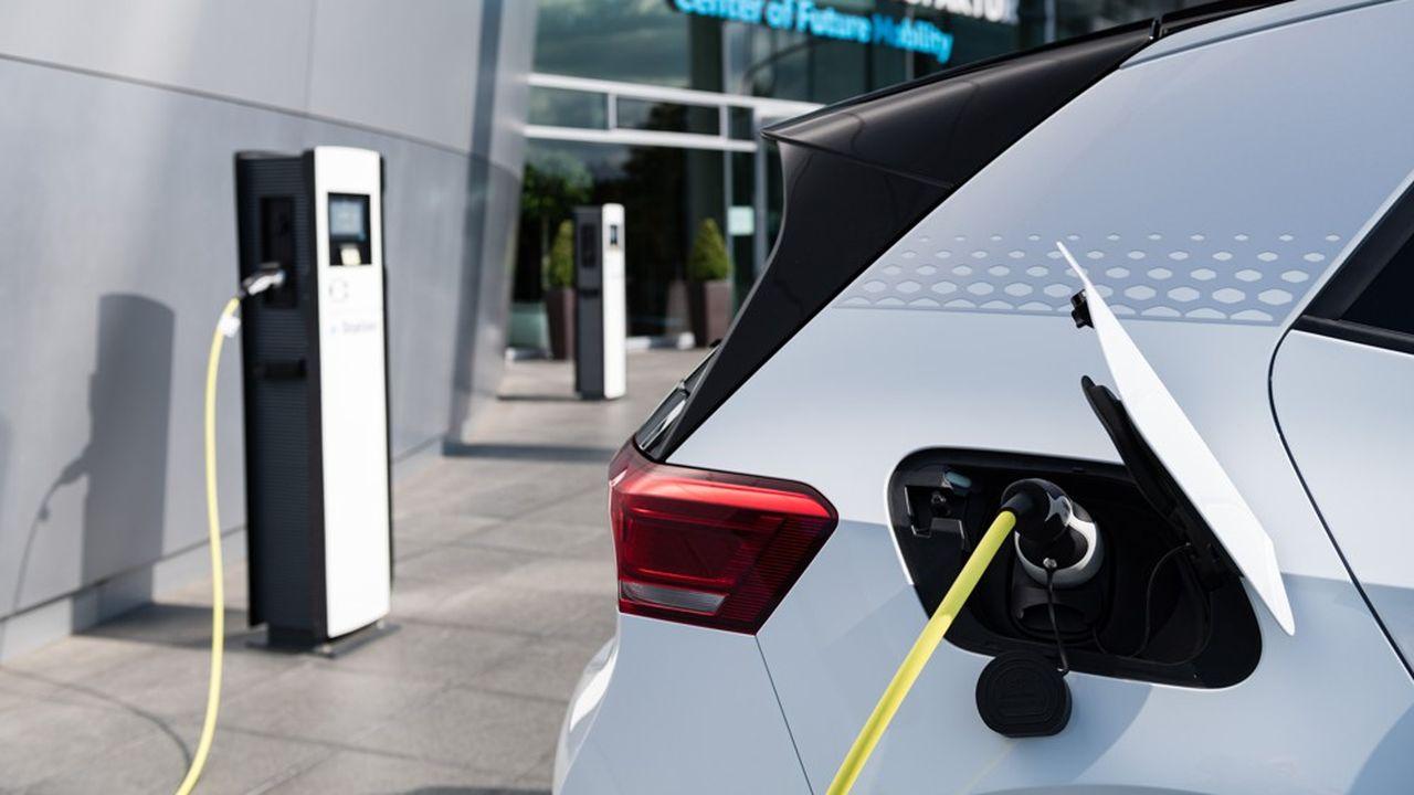 Lors d'un nouveau «Sommet automobile» entre la chancelière Angela Merkel, les représentants du secteur et des syndicats, le gouvernement a annoncé le prolongement jusqu'en 2025 la prime à l'achat de véhicule électrique et hybride, qui devait à la base cesser fin 2021. Un nouveau coup de pouce qui se chiffre à un milliard d'euros.