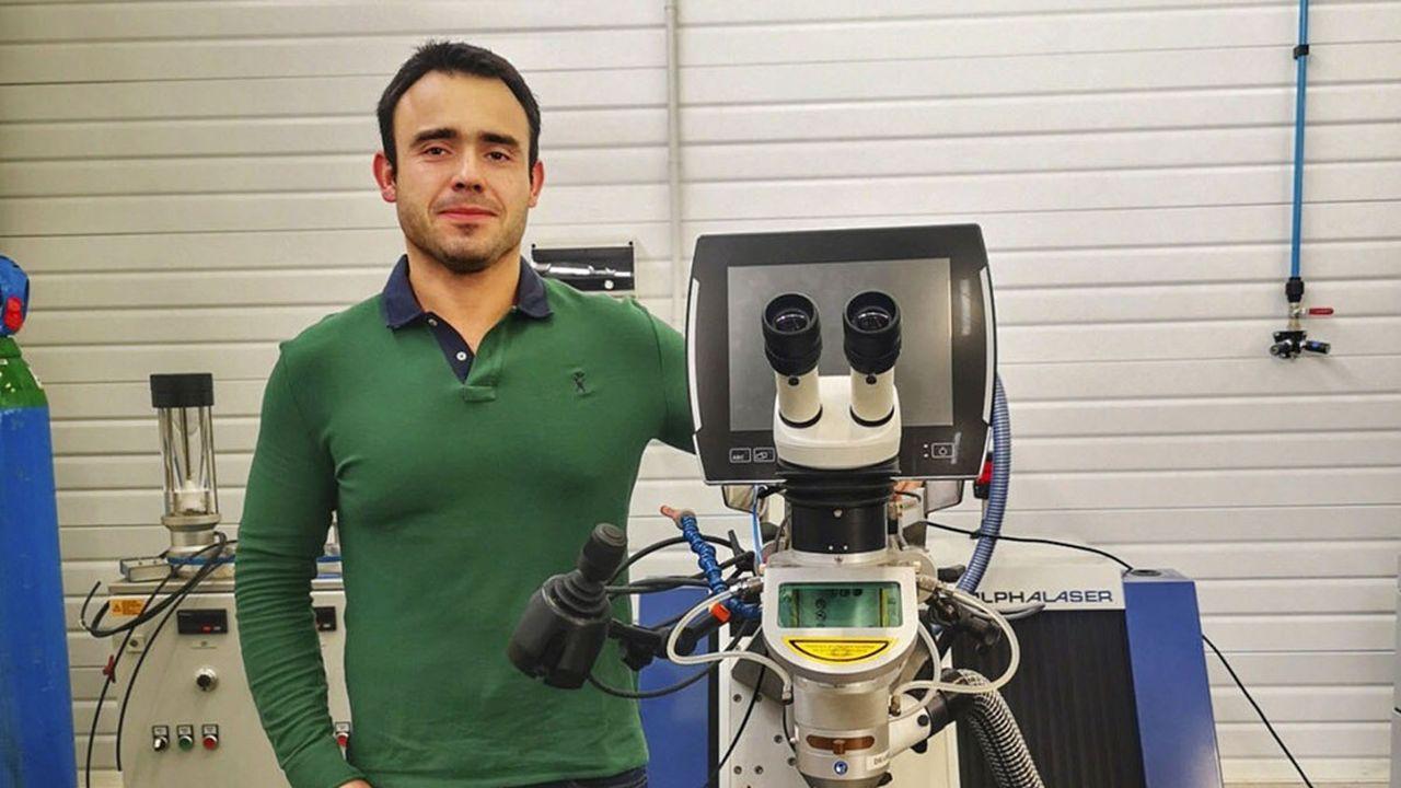Sylvain Laville dans son atelier devant une machine à soudure laser.
