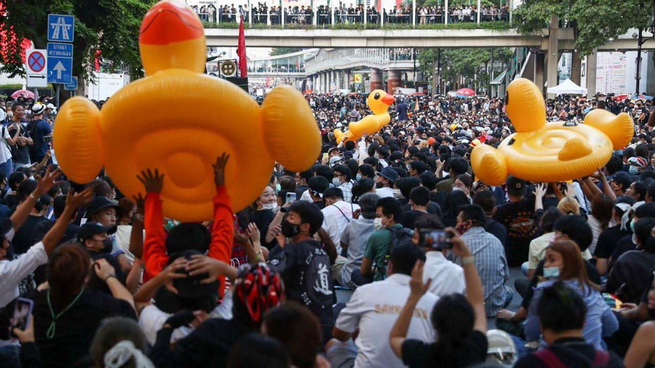 Les manifestants ont utilisé des bouées gonflables en forme de canards pour se protéger contre les canons à eau des forces anti-émeute.