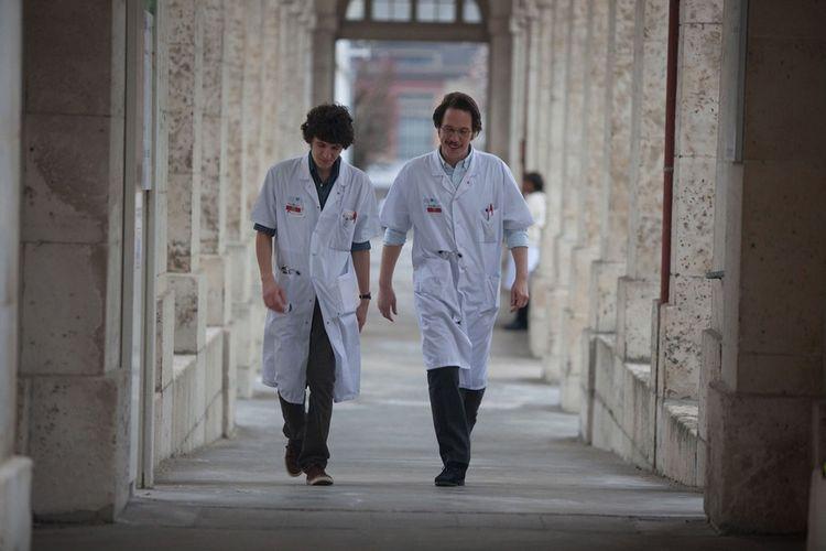Vincent Lacoste, l'interne, et Reda Kateb, le médecin étranger, dans « Hippocrate » (2014), le film de Thomas Lilti.