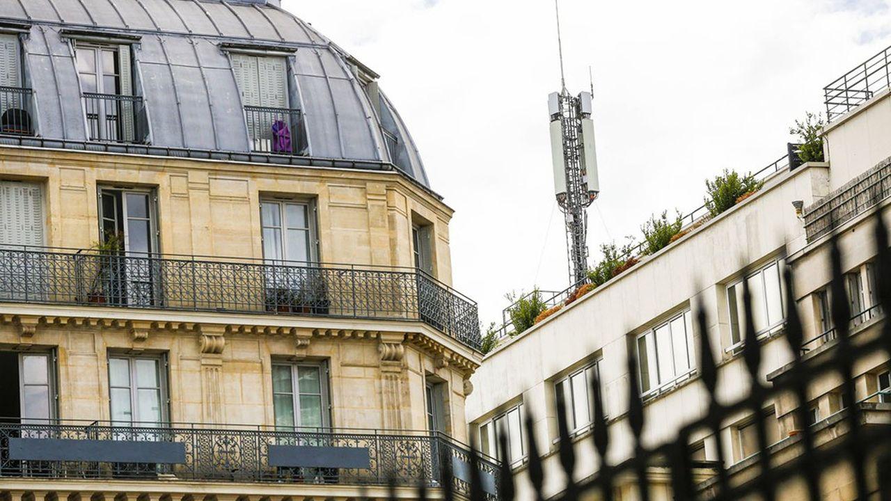 Une antenne relais de téléphonie mobile à Paris.