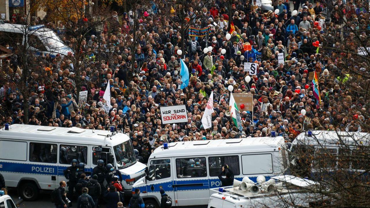 Plus de 5.000 manifestants s'étaient massés à proximité de la porte de Brandebourg mercredi matin pour fustiger le texte destiné à ancrer dans la loi la politique de lutte contre le coronavirus de l'exécutif allemand.