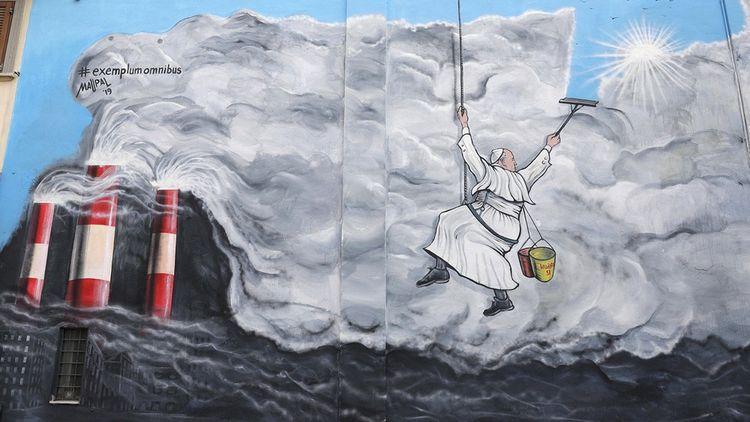 Le pape François nettoyant le ciel pollué : à Albano, près de Rome, la fresque murale Exemplum Omnibus (« Un exemple pour tous ») de l'artiste Maupal a été inspirée par l'encyclique « Laudato Si ».