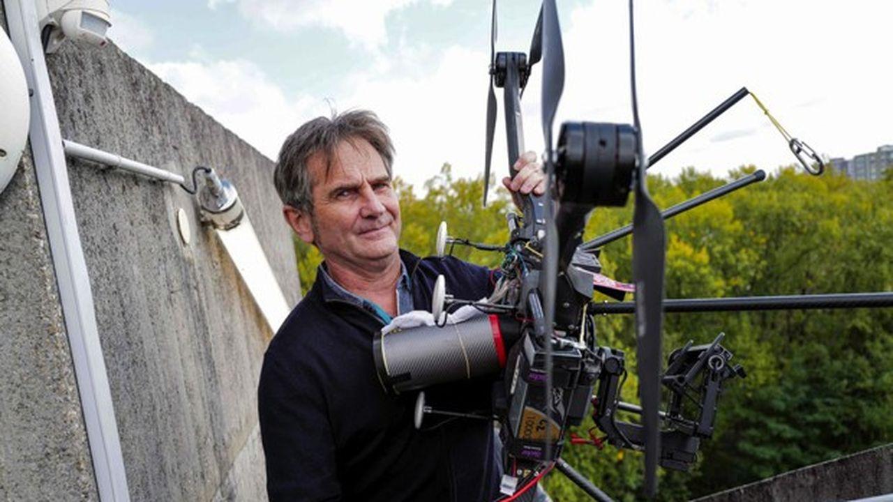Olivier Nier, le président et cofondateur de la société Hyperion 7, avec son drone qui porte le même nom.