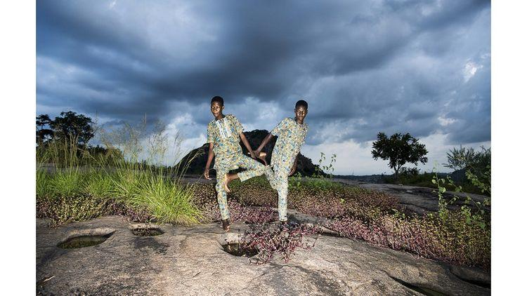Nigeria, Igbo-Ora, octobre 2018. Photo tirée de « Land of Ibeji », projet photographique Bénédicte Kurzen et Sanne De Wilde qui explore la mythologie des jumeaux au Nigeria, notamment autour de la ville d'Igbo-Ora, connue comme « la capitale mondiale des jumeaux ».