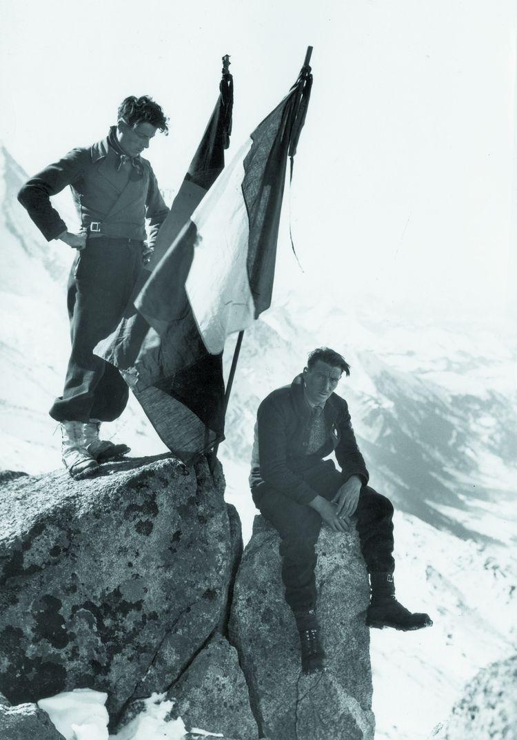 Roger Frison-Roche (debout) au pic Albert, dans le massif du Mont-Blanc, durant l'hiver 1934, avec Arthur Ravanel. L'alpiniste-écrivain fera rêver toute une génération d'aventuriers en chambre.