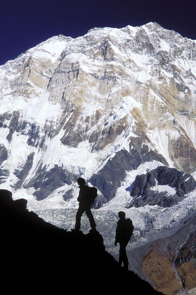 Catherine Destivelle en route pour le camp de base avancé de l'Annapurna, en octobre 1994, avec Erik Decamp. La championne du monde d'escalade a raconté « ses » sommets dans son livre «Ascensions».