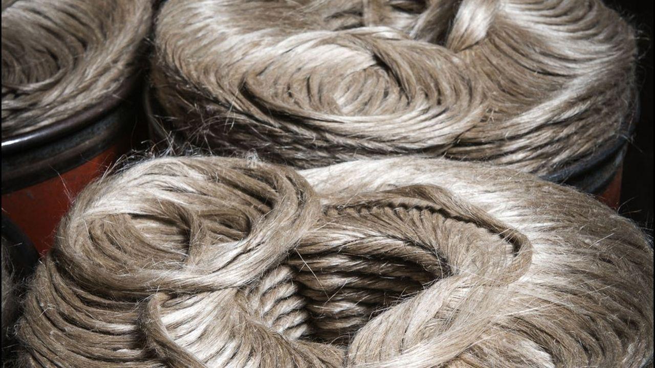 Après sa culture et sa transformation en fibre en Normandie, le lin part aujourd'hui vers les installations de tissage asiatiques avant de revenir sous forme de vêtement.