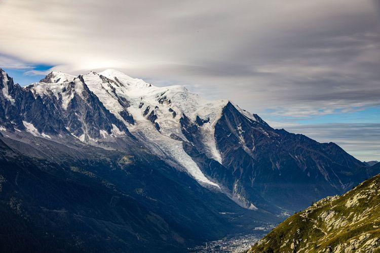 Goethe, parti tutoyer les cimes des Alpes avec sa compagne, nous délivre de belles pages, comme ces évocations du mont Blanc la nuit ou des nuages qui enveloppent le randonneur.