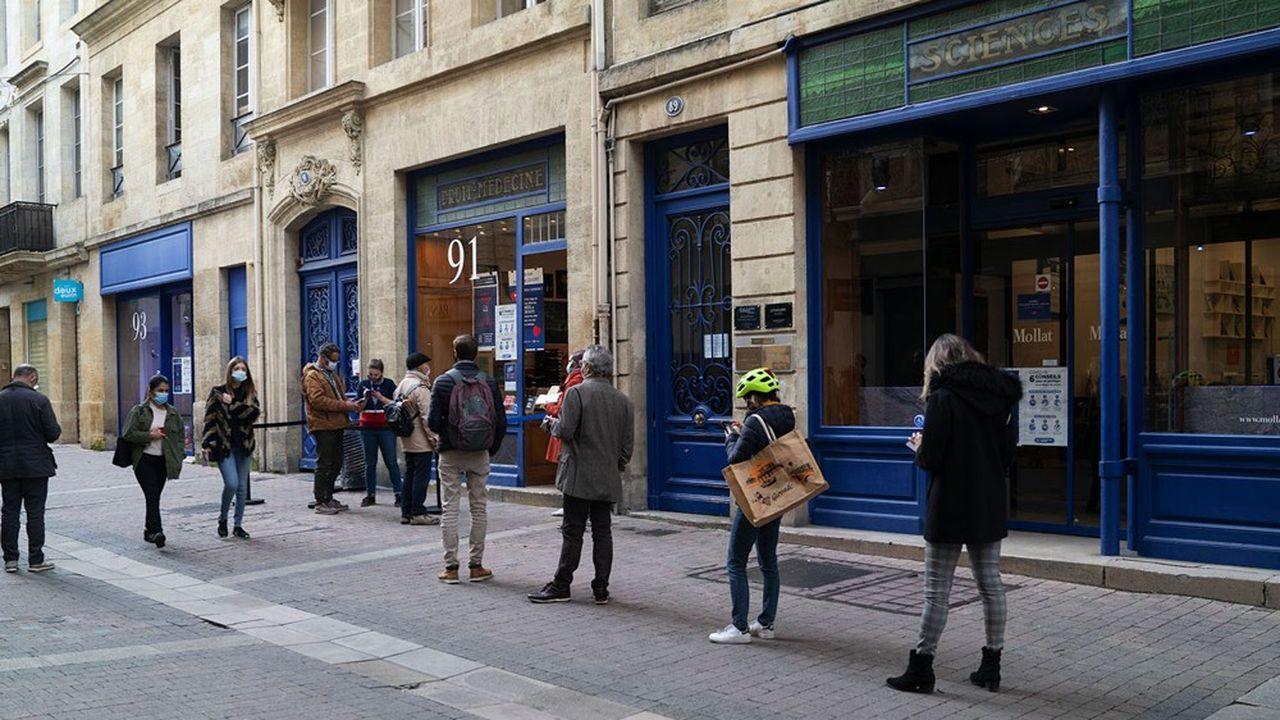 La vaste boutique ne peut plus accueillir les foules du week-end mais parvient à maintenir l'activité habituelle de semaine.