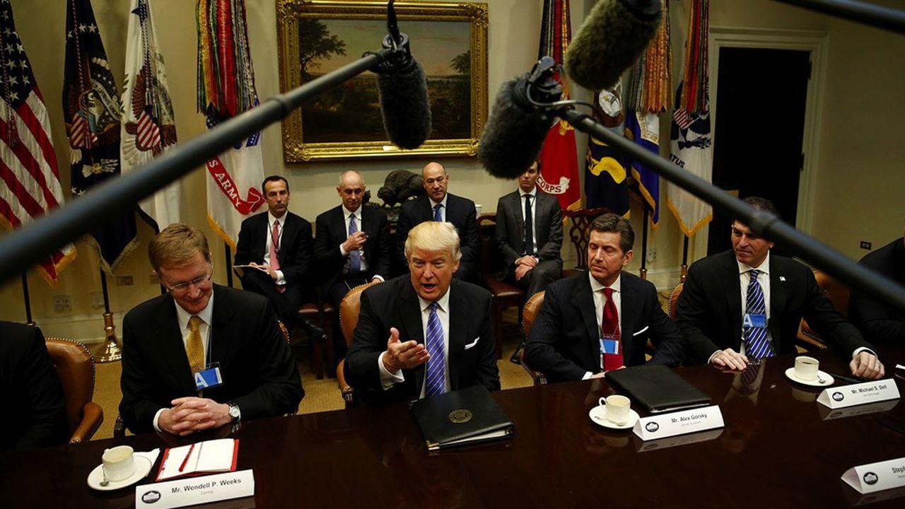 Donald Trump avec les représentants du business américain en janvier 2017 à la Maison Blanche. Sur la photo,à gauche du président, Wendell Weeks PDG de Corning. A sa droite, Alex Gorsky PDG de Johnson & Johnson CEO et Michael Dell, PDG de Dell.